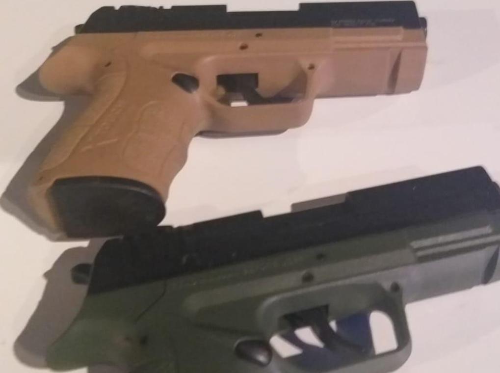 """האקדחים שנמצאו בחיפוש ברכבו של תושב ראשל""""צ. צילום: דוברות המשטרה"""