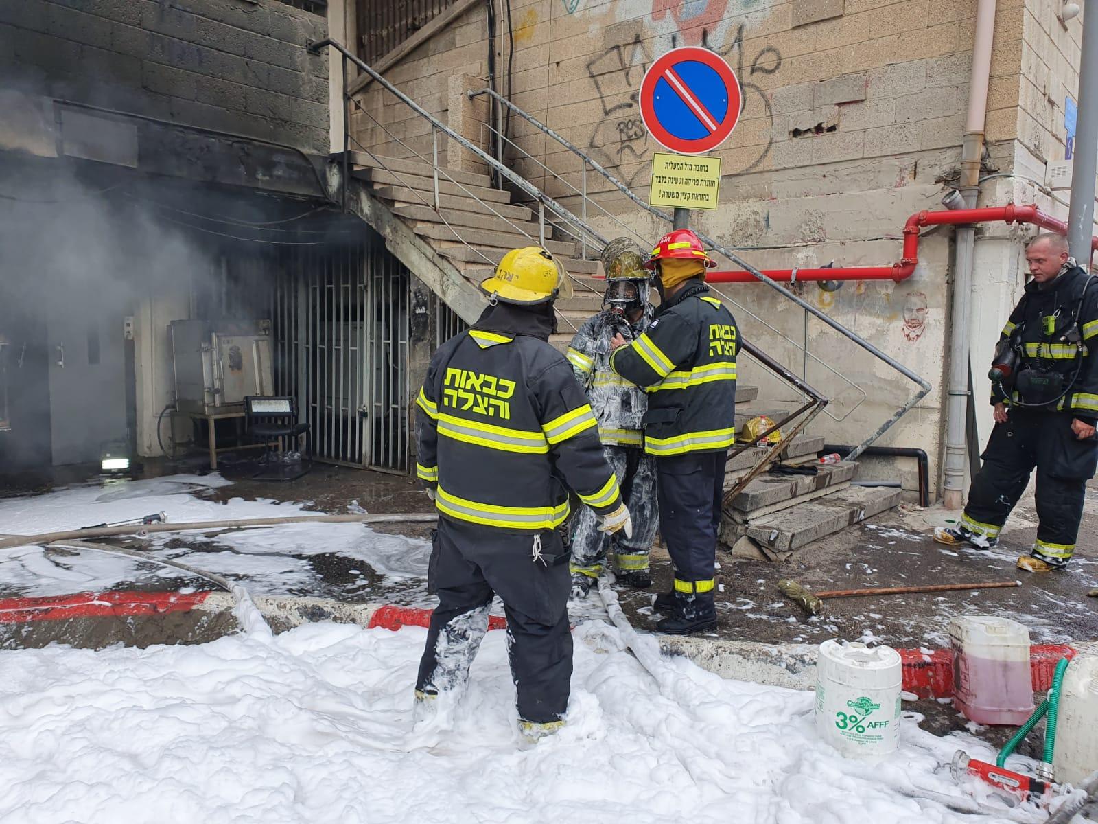 "Photo of שריפה גדולה במחסן צעצועים תת קרקעי ברחוב שביל המפעל בת""א. כמה רחובות נסגרו לתנועה"