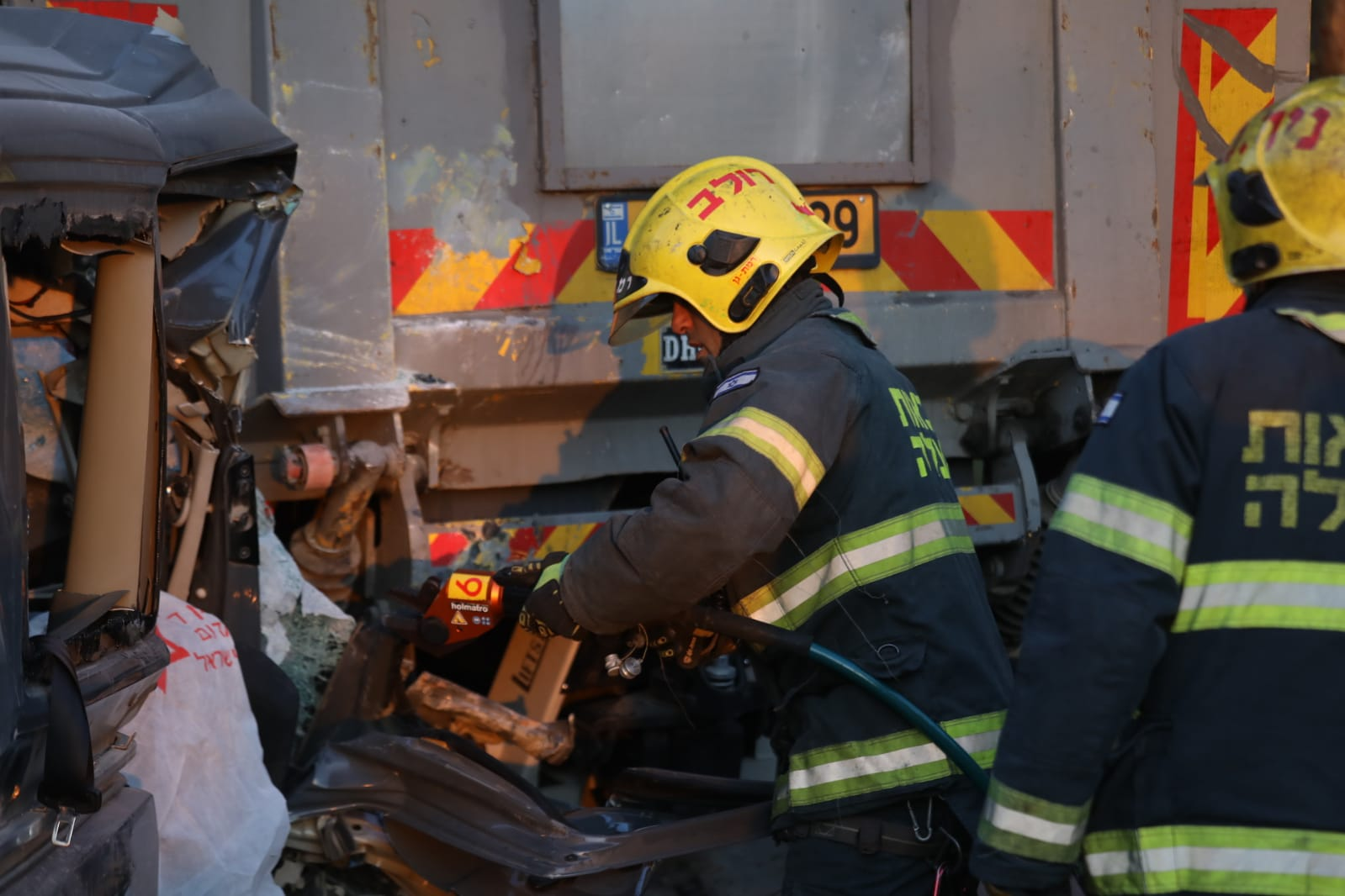 "Photo of תאונה קטלנית קשה באלוף שדה בר""ג: 2 הרוגים, 2 פצועים אנוש, 4 פצועים נוספים בהתנגשות משאית במיניבוס. לוחמי האש נאלצו לחלץ את הנפגעים שנותרו לכודים"