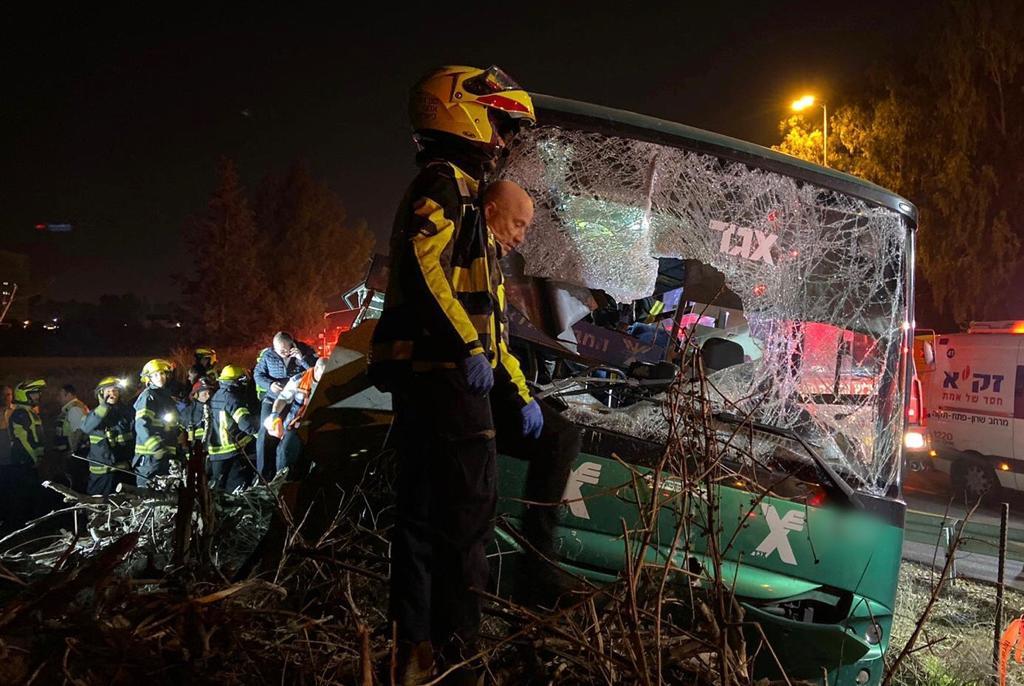 Photo of התאונה בקו 947: המשטרה קוראת לנוסעים שירדו בתחנות של אותו אוטובוס, טרם התאונה, ליצור קשר עם החוקרים