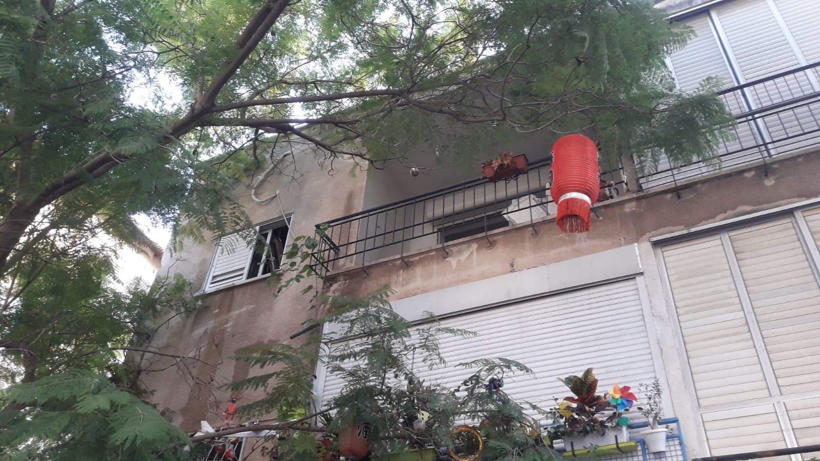 Photo of שריפה בדירה ברחוב האשל ברמת גן: לוחמי האש מנסים לחלץ שתי חתולות לכודות