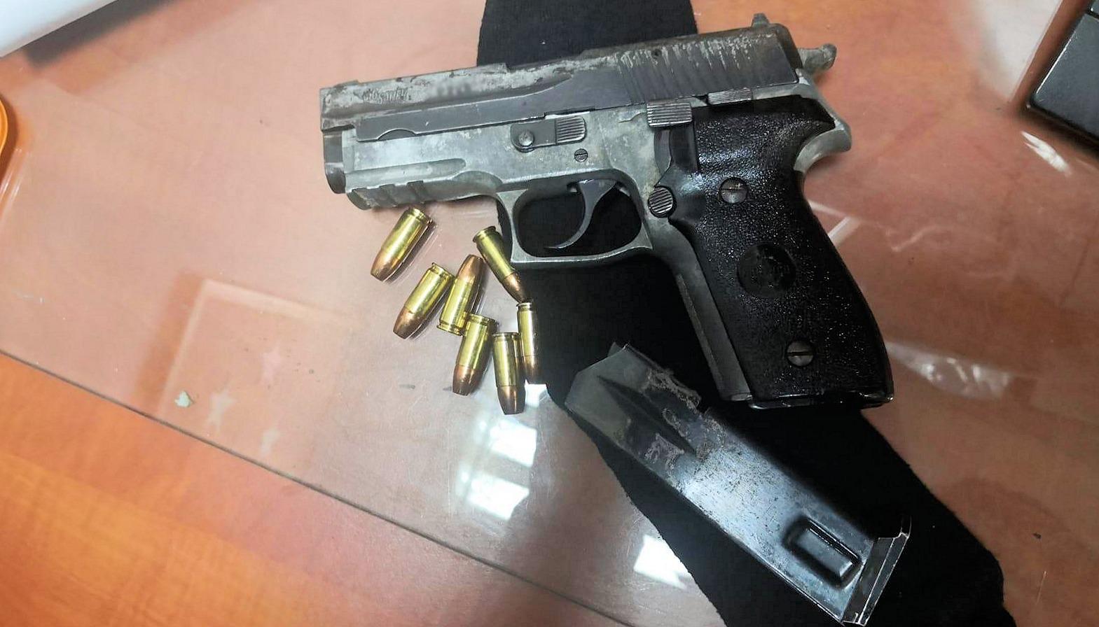 """Photo of בפשיטה על קרוונים בישוב בשפלה נתפס נשק לא חוקי ו-16 ק""""ג סמים. תושבים מרמלה ובת-ים נעצרו"""