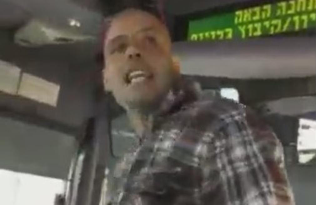 "Photo of נוסע בקו 190 מקניון הזהב בראשל""צ תקף את נהג האוטובוס וגרם לו לשבר ברגלו. עכשיו המשטרה מבקשת את עזרת הציבור למציאת הנוסע האלים"