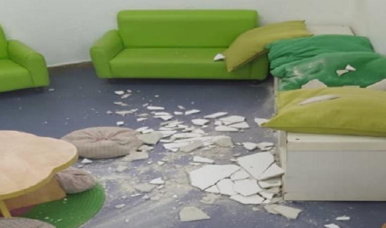 """חלק מהתקרה שנפלה ב""""גן אגס"""" עקב הרטיבות התמידית שלא טופלה. צילום: רשת פייסבוק"""