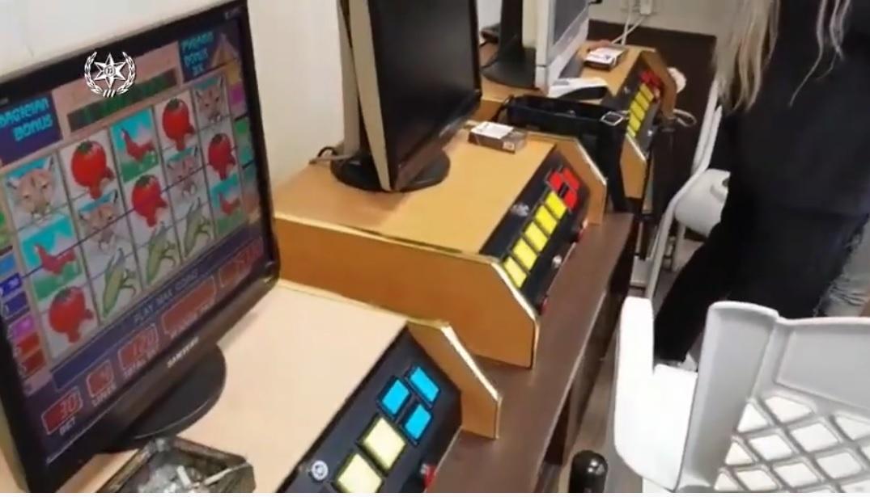 הימרו במכונות מזל ומחשבים. צילום: דוברות המשטרה