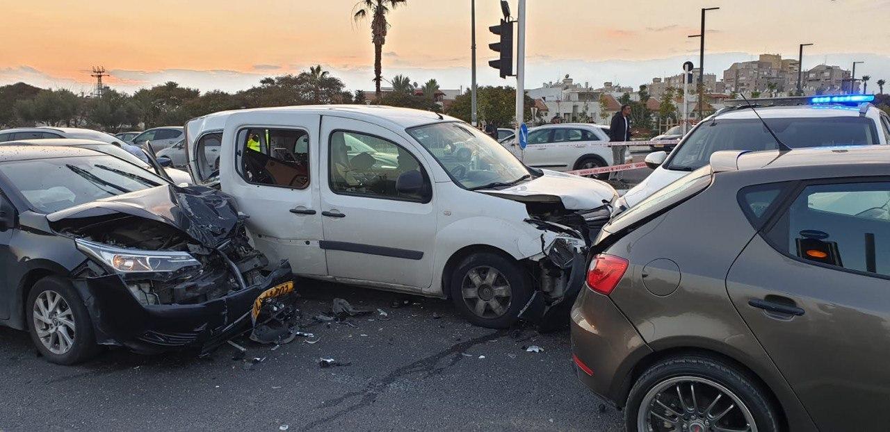 Photo of עלה לרכב של אישה, גנב אותו ממנה, ברח מהמשטרה ונגח במכוניות עד שנעצר