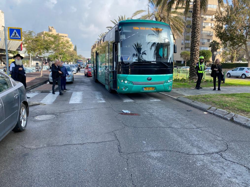 Photo of הולך רגל בן 60 נפצע באורח אנוש מפגיעת אוטובוס ברחוב גבעת התחמושת בחולון