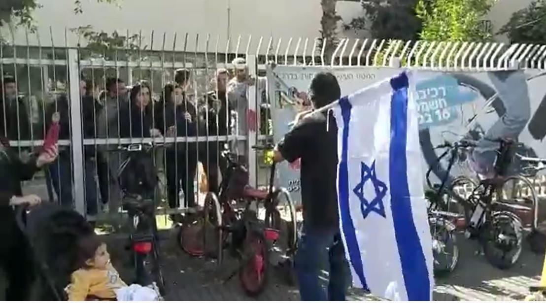 הפגנה מול תיכון קריית שרת נגד הרצאת משפחות הפלסטינאים. צילומים: עופר אשקורי