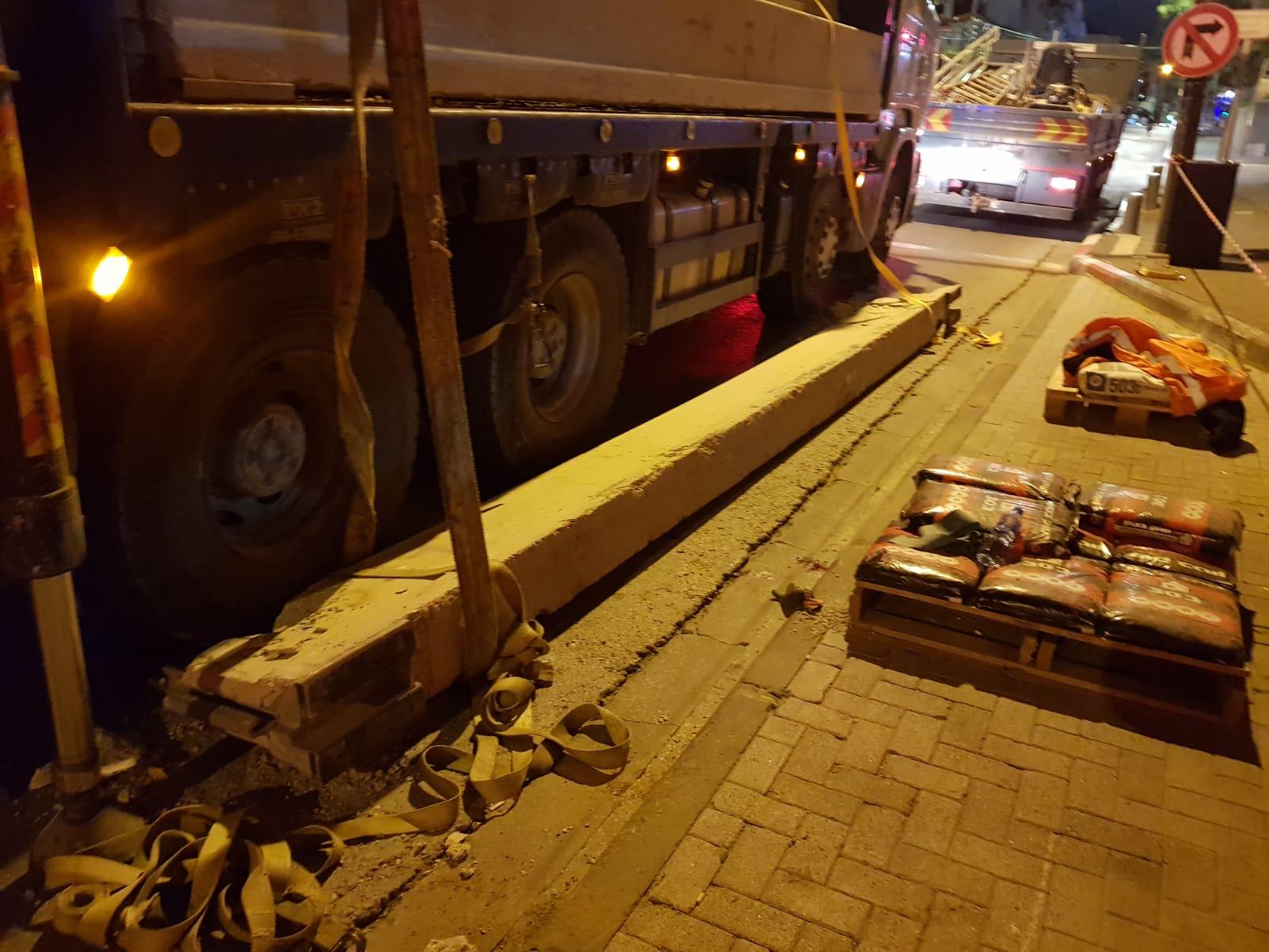 Photo of פועל בניין נפגע הלילה מקורות בטון שנפלו עליו ברחוב בן יהודה בתל אביב. מצבו קשה