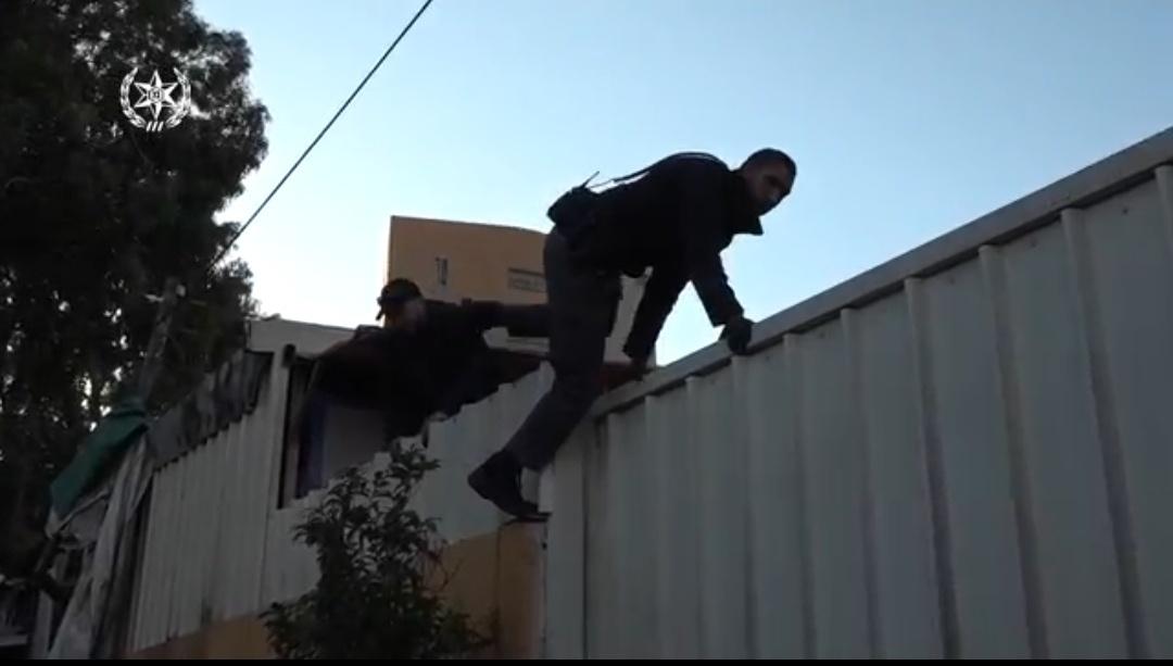 Photo of צפו: המשטרה פשטה על עסק לשטיפת מכוניות בתל אביב ועצרה ארבעה שוהים בלתי חוקיים שעבדו במקום