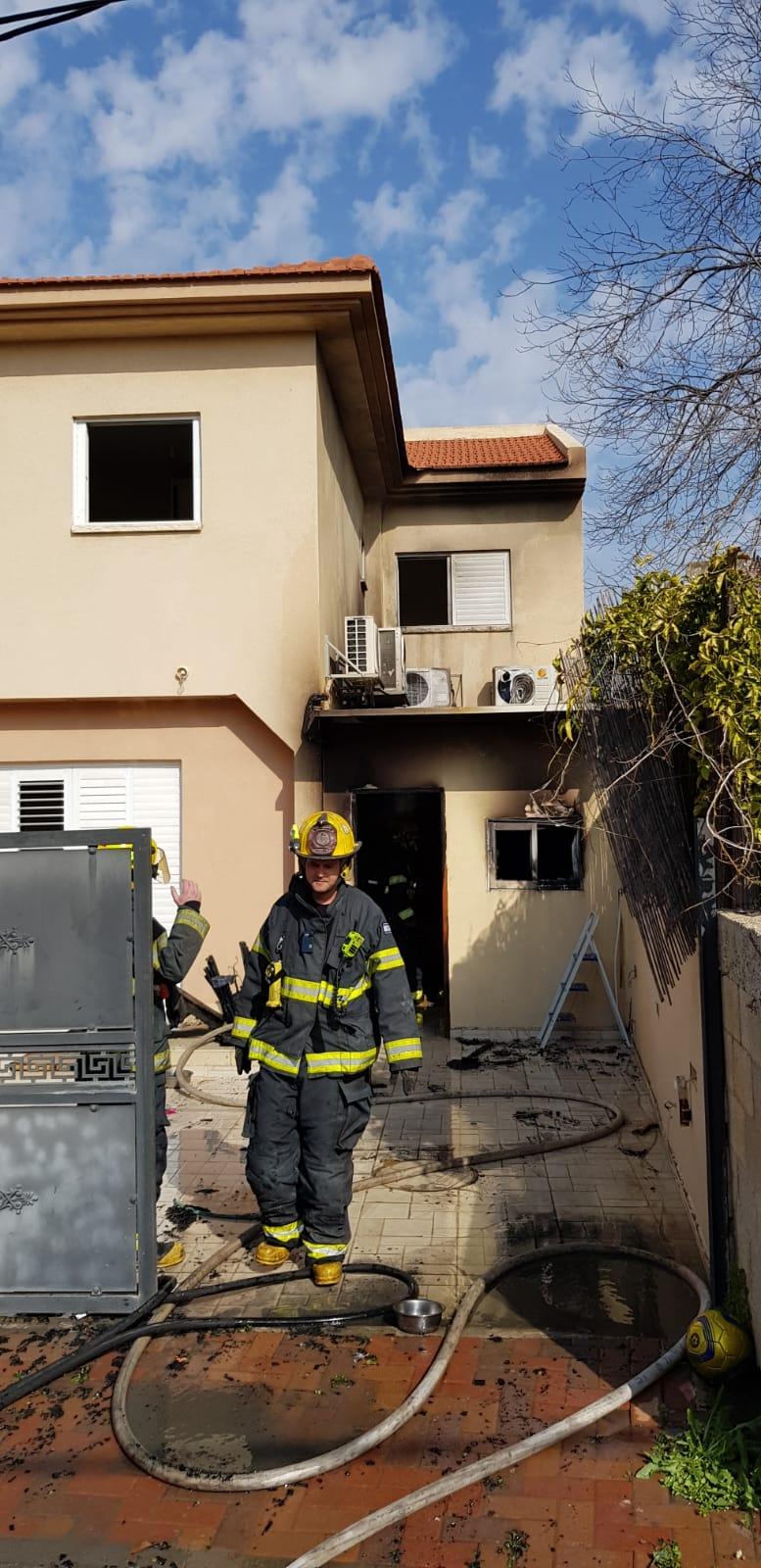 Photo of חמישה צוותי כיבוי פעלו בשריפת מחסן צמוד לבית פרטי בראש העין. לא דווח על נפגעים