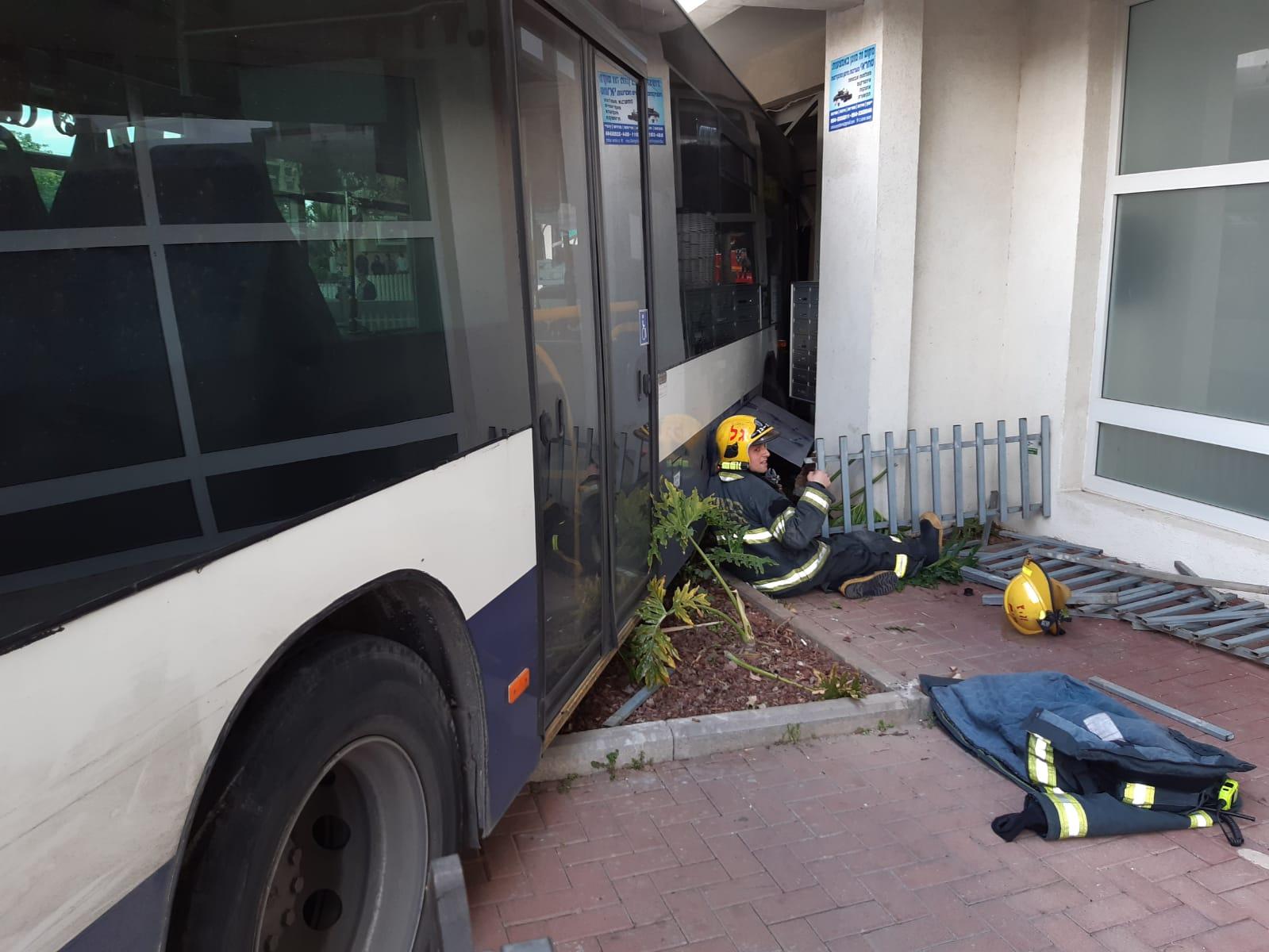 "Photo of אוטובוס איבד שליטה ברחוב אריה בן אליעזר בר""ג והתנגש בהולכי רגל שחלקם חולצו במצב קשה מתחת לגלגליו"