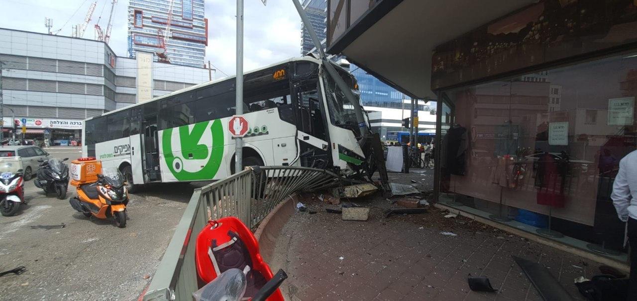 Photo of נהג אוטובוס איבד שליטה ונכנס בחנות ברחוב רבי עקיבא בבני ברק. מקטע הכביש עם ז'בוטינסקי נסגר