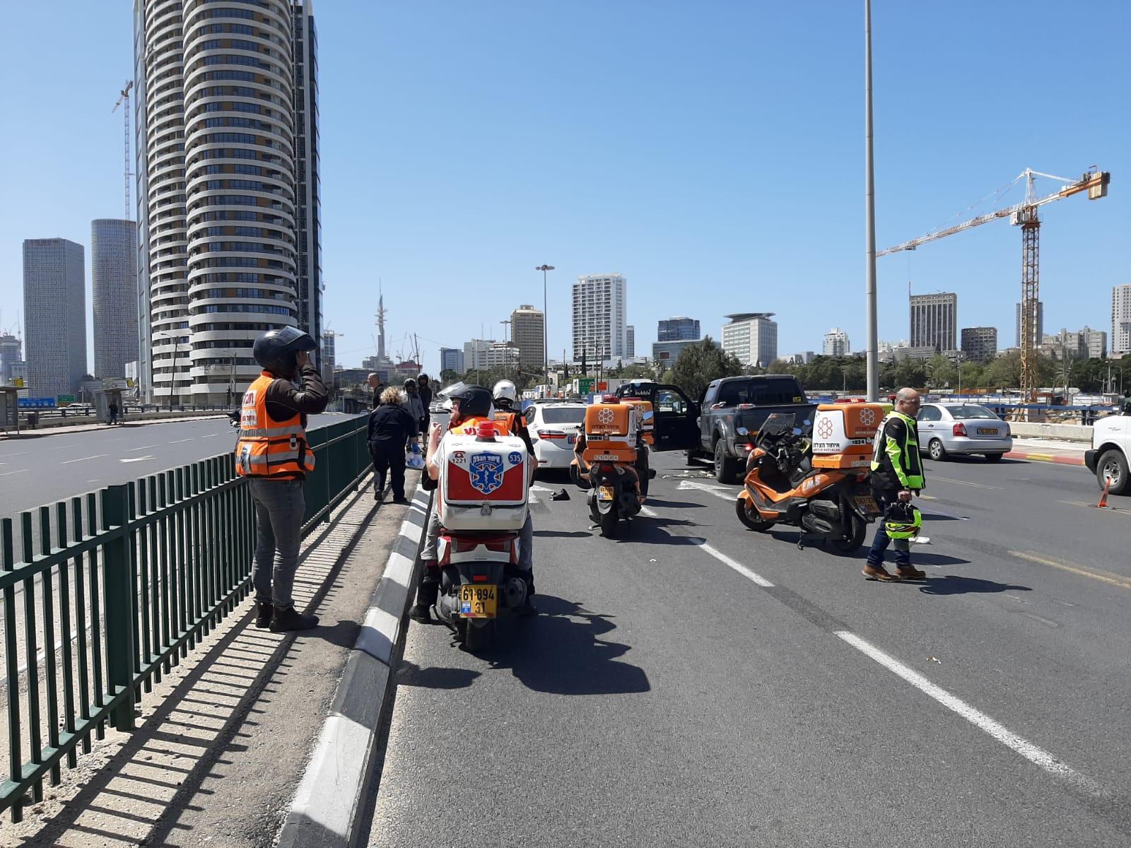 Photo of רוכב אופנוע ורוכב אופניים חשמליים נפצעו בתאונה עם רכב ברמת גן. מצבם קל ובינוני
