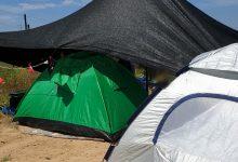 Photo of משטרת ישראל חשפה מתחם אוהלים של נופשים בסמוך לחוף פלמחים. לנופשים נרשמו קנסות והשוטרים הורו להם לחזור הביתה
