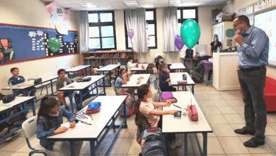 """Photo of כיתות א-ג חזרו ללימודים בגבעתיים עם מורים, מלווים ובלונים. ראש העירייה רן קוניק: """"נערכנו מכל הבחינות, אני שמח שהפתיחה עברה מצוין ומודה להורים על האמון"""""""