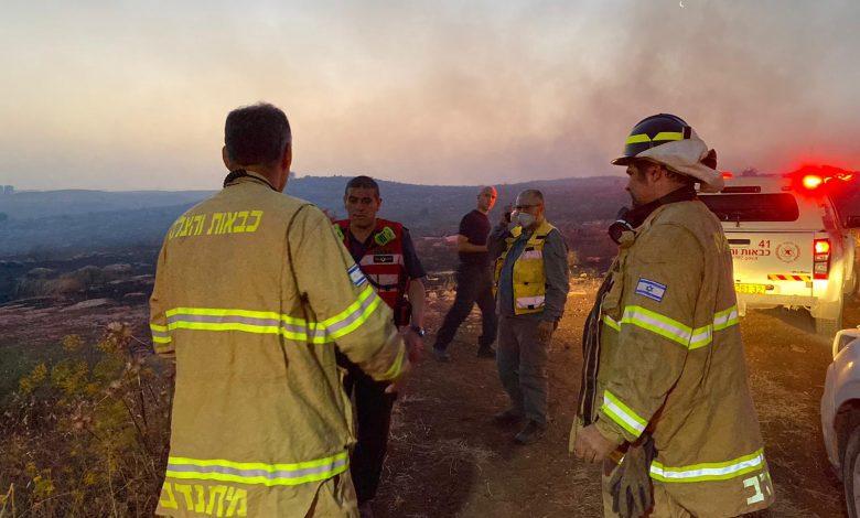Photo of 17 צוותי כיבוי פעלו משעות הלילה בשריפה קוצים שהתקרבה לעיר אלעד ולאזור התעשייה נחשונים. הבוקר הצליחו להשתלט על השריפה