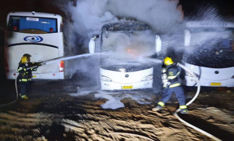 Photo of אוטובוס עלה באש הלילה ברחוב משולם ראט בבני ברק, לוחמי האש השתלטו על השריפה ומנעו התפשטותה לאוטובוסים סמוכים