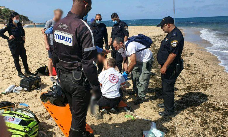 "Photo of צוללני זק""א הבחינו באישה בת 60 שטובעת בחוף גבעת עלייה בת""א, הם הצליחו למשות אותה ולבצע בה החייאה. מצבה קשה"