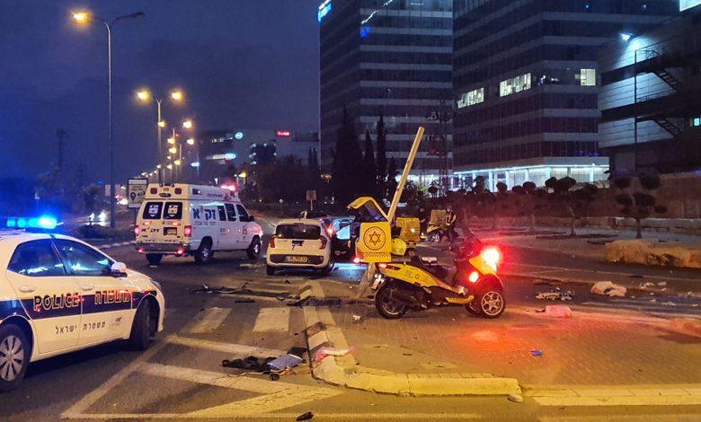 "Photo of תאונה קשה הלילה הפ""ת: נהג רכב בן 19 התנגש באופנוע. רוכב האופנוע בן ה-50 במצב קשה"