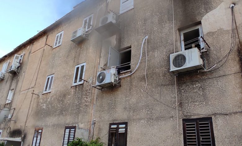 """Photo of ילד בן 10 במצב קשה עם כוויות קשות, לאחר שחולץ משריפה בדירה ברחוב כצנלסון בפ""""ת"""