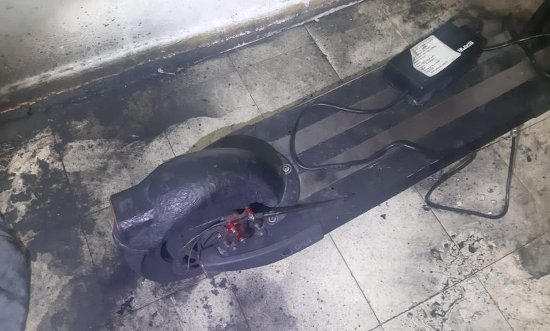 "Photo of שריפה הלילה בדירת מגורים ברחוב אורולוב בפ""ת ושוב בגלל סוללת קורקינט שעלה באש"