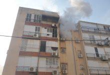 "Photo of חילוץ דרמטי של לכודים בשריפה בבניין ברחוב הגר""א בחולון. בין המחולצים, תינוקת ושני ילדים. אחד הדיירים נכווה באורח בינוני"