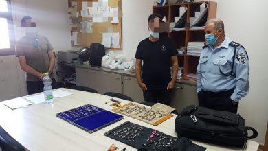 """Photo of פרץ לרכב ברחוב גאולה בת""""א וגנב ממנו ציוד למספרה בשווי 120 אלף שקל ולמכור אותו. המשטרה הצליחה לאתר את הציוד ואף ללכוד את הפורץ"""