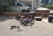Photo of כמעט אסון: רכב נסע לאחור ודרס ארבעה ילדים בני 4-5 שישבו על ספסל ברחובות. למרבה המזל, מצבם קל