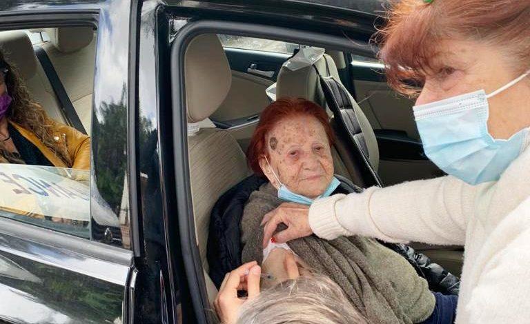 """שרה בן שלום בת ה 106 מתחסנת. צילום דוברות שירותי בריאות כללית דן- פ""""ת"""