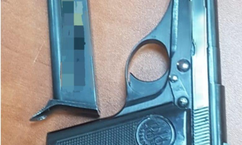 האקדח שנחטף ונתפס אצל תושב עכו הנמלט. צילום: דוברות המשטרה