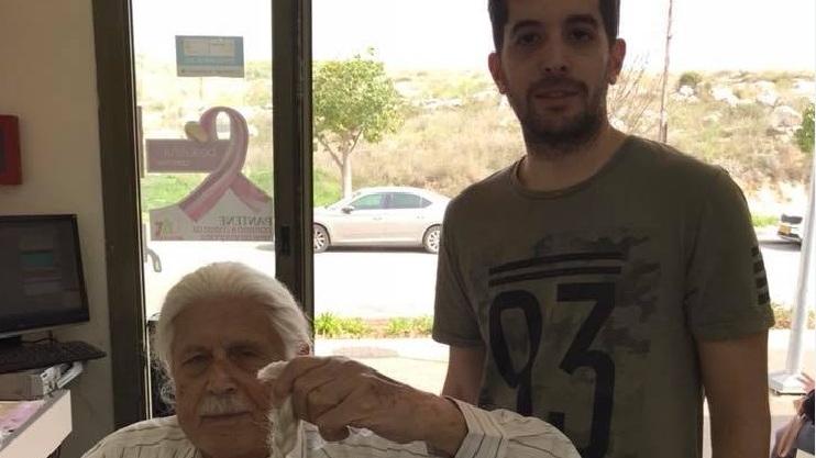 Photo of מרגש: בן 85 גידל שיער ארוך כדי לתרום אותו לחולי סרטן. ביום שישי הגיע להסתפר ולתרום וריגש רבים