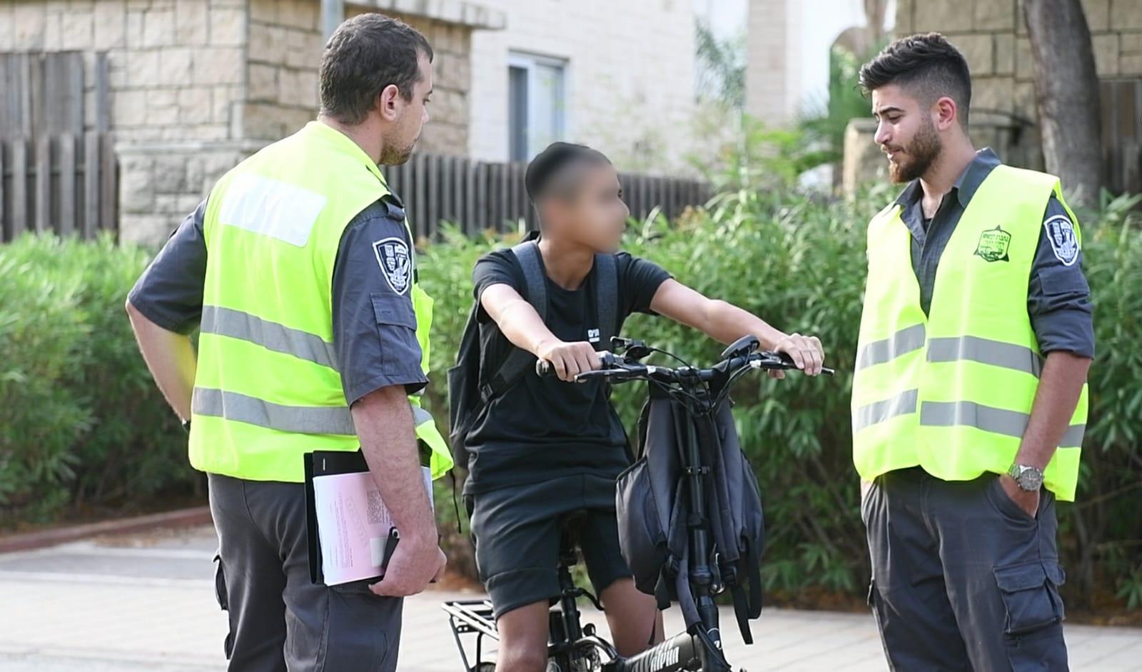 Photo of מבצע אכיפה נגד רוכבי אופניים חשמליים בתל אביב, מאות דוחות חולקו
