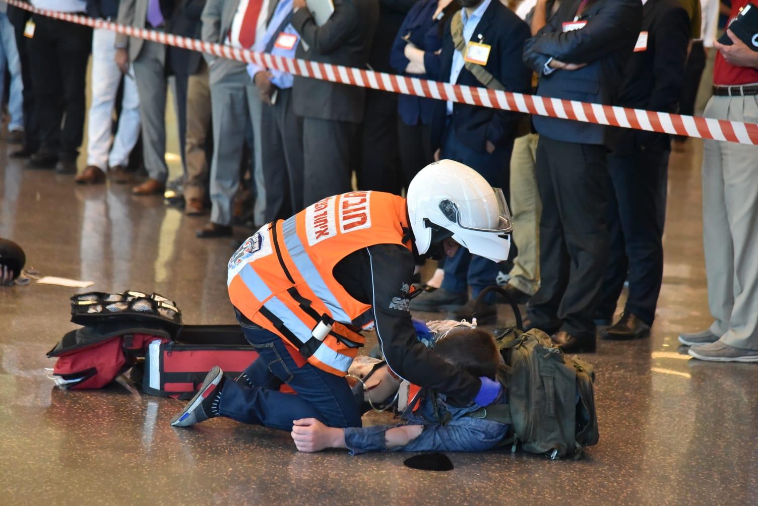 """הטיפול בפצוע הדקירה ב""""סינמה סיטי"""" בראשון לציון. צילום: איחוד הצלה"""