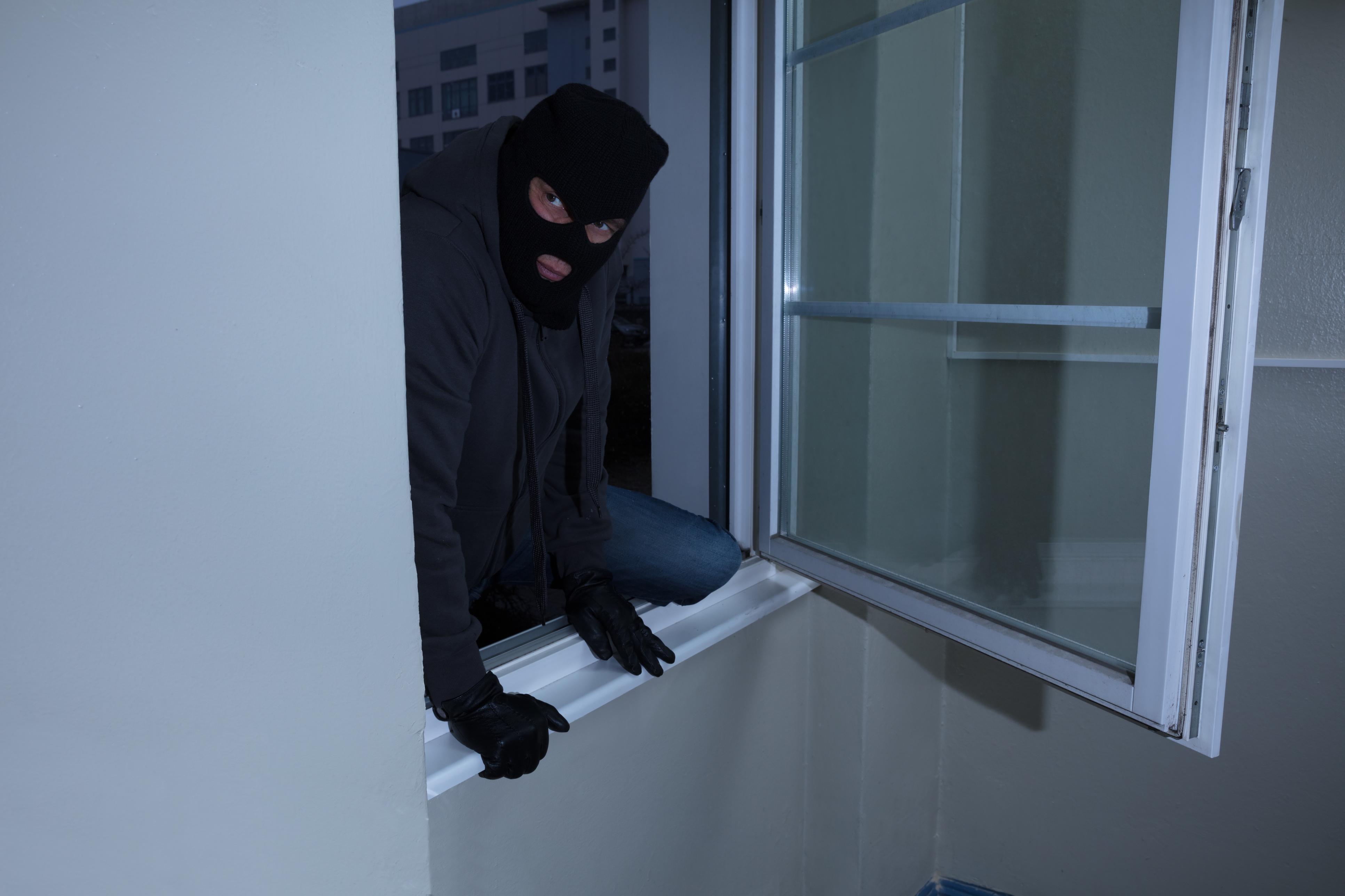 לא הסתפק בחדירה לבית, החל גם במעשים מגונים כנגד בעלת הדירה. צילום: גטיאימג'ס