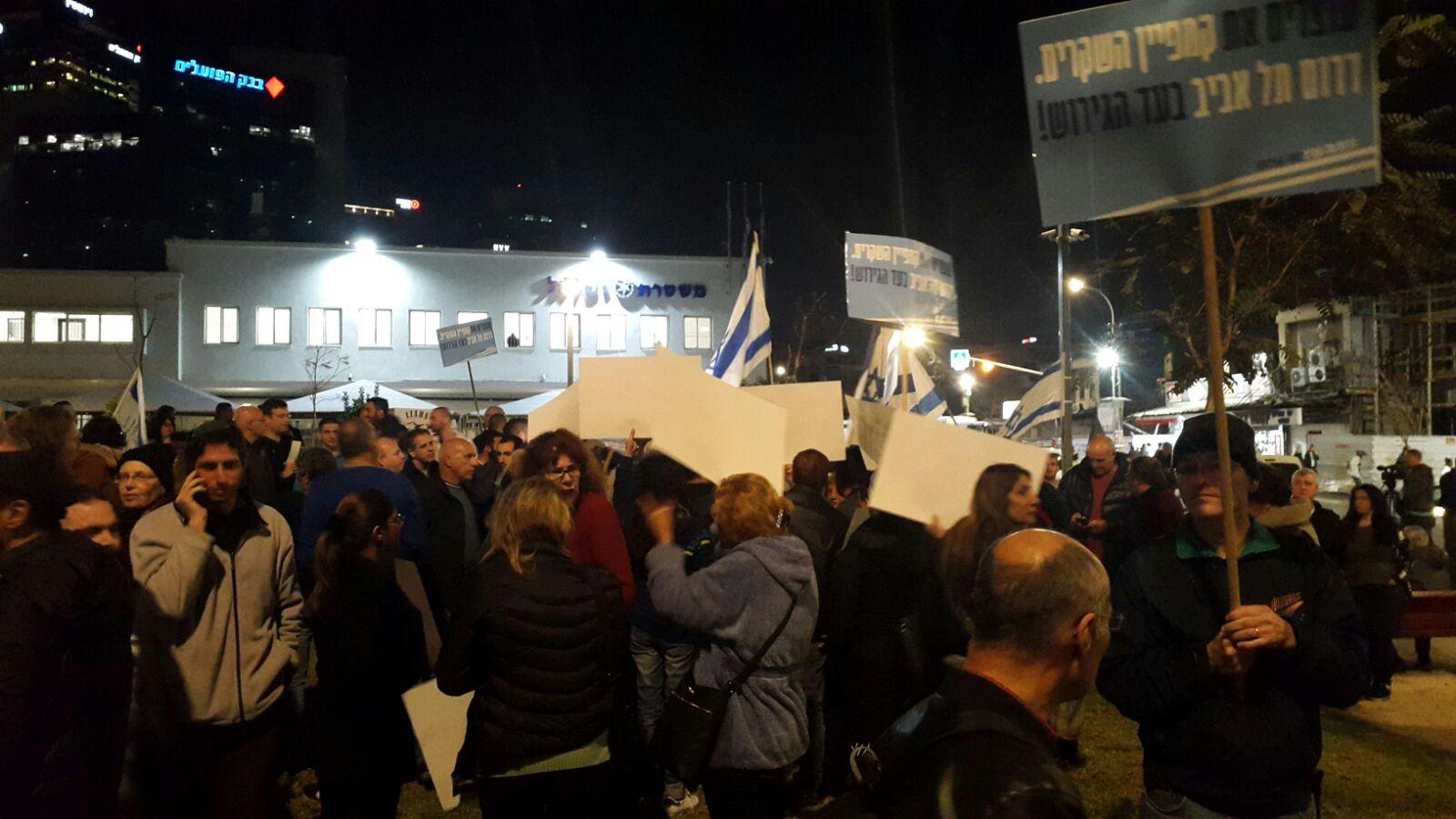 """Photo of הפגנה נגד המסתננים בת""""א: המשטרה עצרה גולשים שאיימו להגיע חמושים בפוסטים ברשת. מאות מפגינים בשעה זו"""