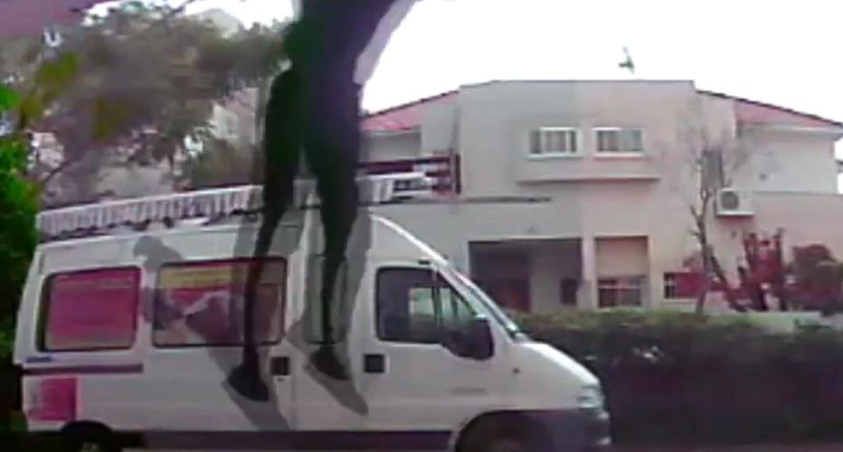 Photo of פורץ ברמת השרון יצא מהדירה אליה פרץ – הישר לידי השוטרים. והכל בגלל לחישה בסלולר