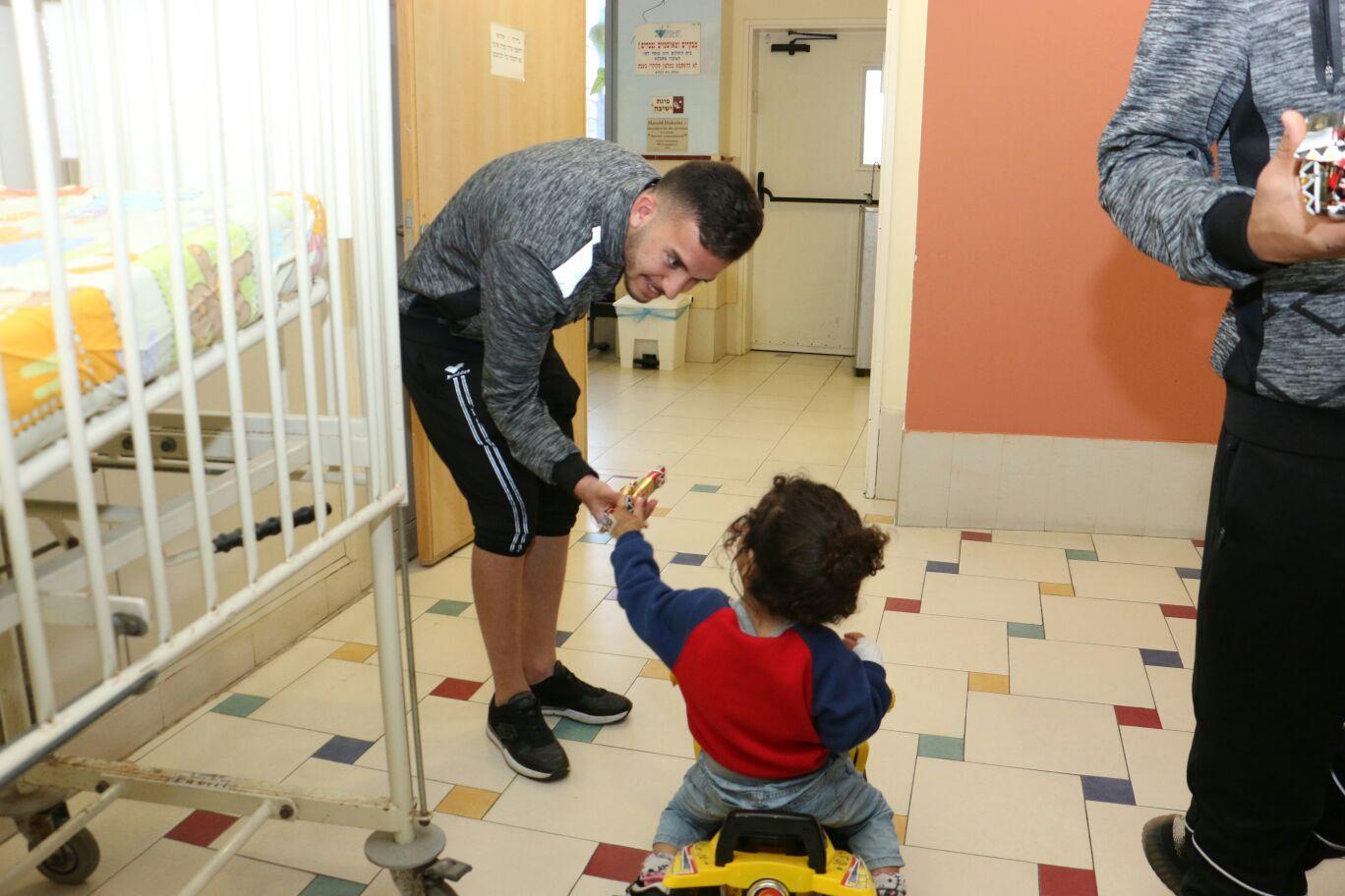 Photo of שחקני מכבי נתניה הגיעו לשמח את החולים בלניאדו