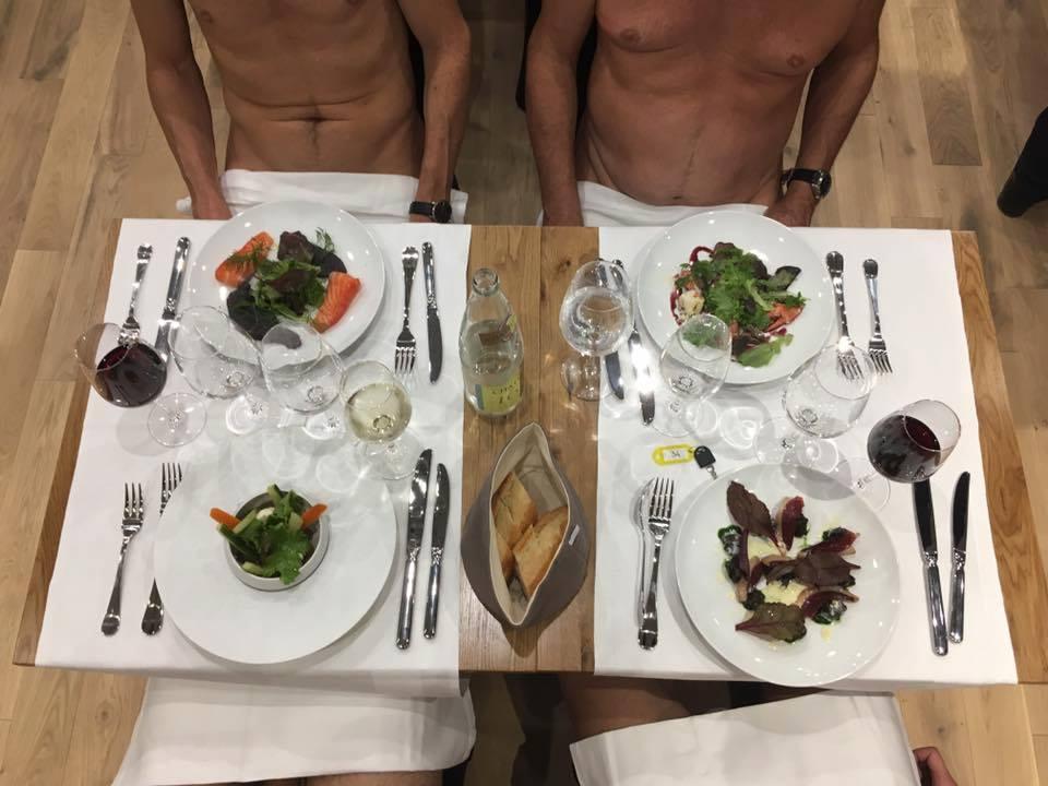 Photo of בתיאבון: מסעדה חדשה נפתחה בפריז ומושכת אליה המון מבקרים. ולא, לא בגלל האוכל…פשוט כי הסועדים בה יושבים ללא בגדים