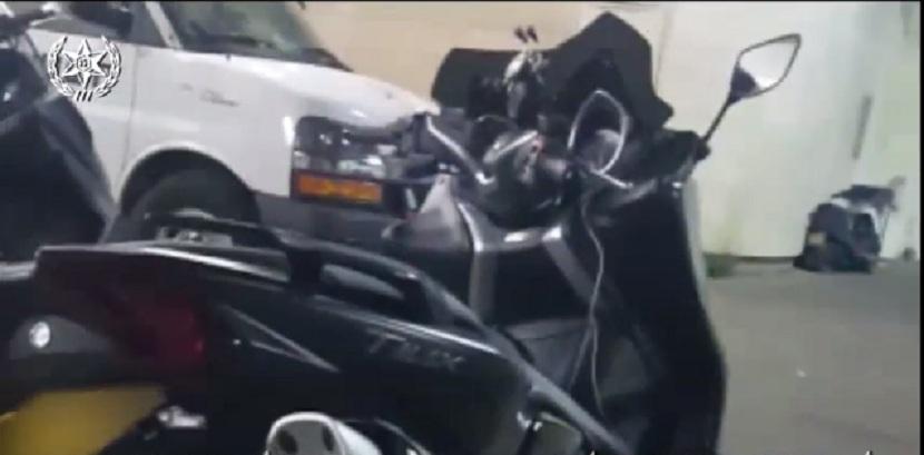 "Photo of צפו: מרדף דרמטי אחר רוכב אופנוע בראשל""צ, שעורר את חשדם של השוטרים. הוא נעצר והתבקש להציג רישיון. ואז הוא שלף לשוטרים…קלף ג'וקר. וזה לא הכל"