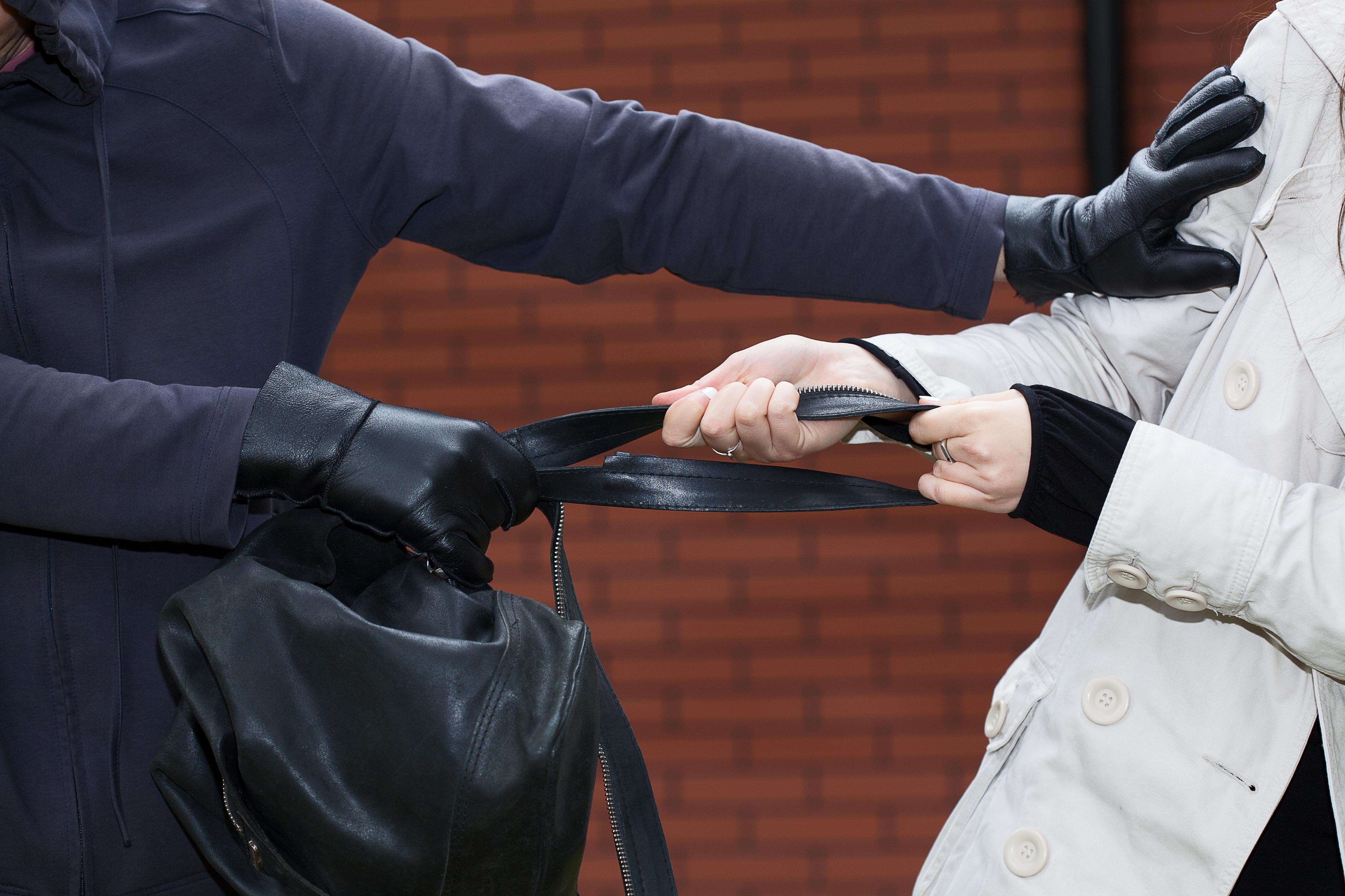 Photo of כתב אישום נגד תושב חולון שארב, תקף ושדד קשישות בנות 85 באמצע הרחוב ולאור יום בבת-ים ובחולון. כוח מיוחד לכד אותו