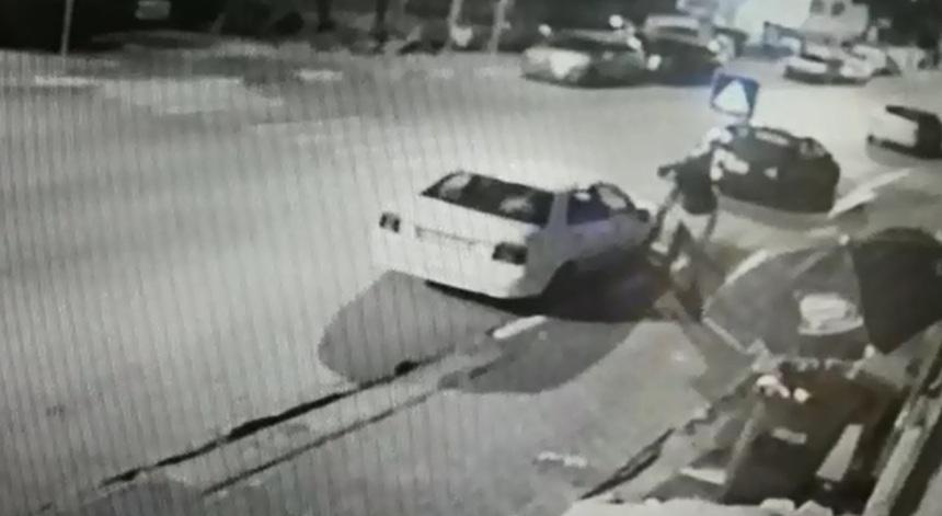 Photo of צפו: נעצר בן 16 שעבר בין כלי רכב בראש העין ושבר להם את המראות. למה? ככה