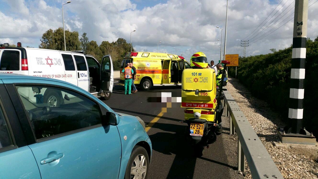 Photo of תאונה קטלנית בכביש 4 סמוך לנתניה. רוכב אופניים בן 70 נהרג מפגיעת רכב