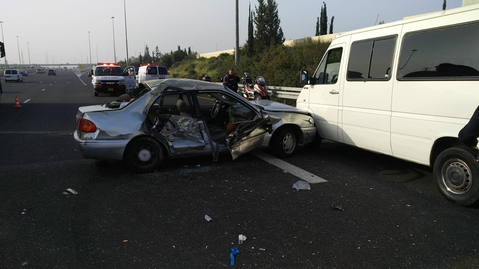 Photo of צפו: 15 פצועים בתאונה קשה בין רכב הסעות לפרטי ליד מחלף נחשונים. לוחמי האש מחלצים נוסעים לכודים