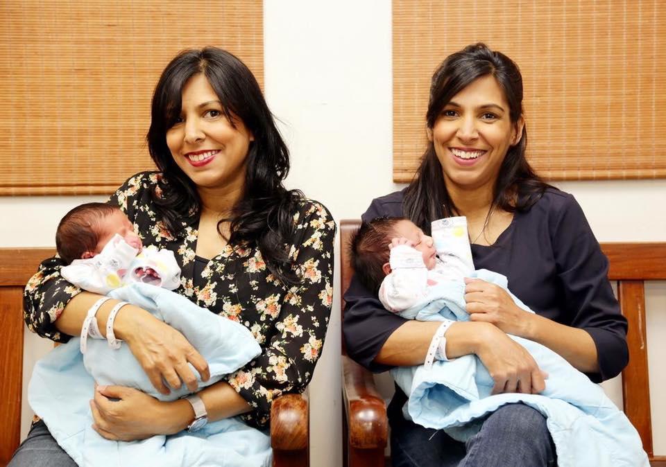 """Photo of מה הסיכוי ששתי תאומות זהות ילדו באופן מקרי באותו יום, באותו בית חולים? זה קרה באיכילוב לקרן וענבל. """"בזמן שבאתי לתמוך בלידת אחותי, ירדו לי המים"""""""
