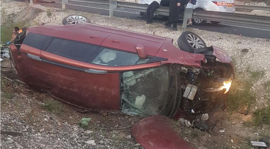 """Photo of צפו: תאונה קטלנית במחלף מורשה. הרוג אחד, ועוד שישה פצועים כתוצאה מרכב שהתהפך ונפל לתעלה בצד הכביש. הצעירים חזרו מציון הרשב""""י במירון"""