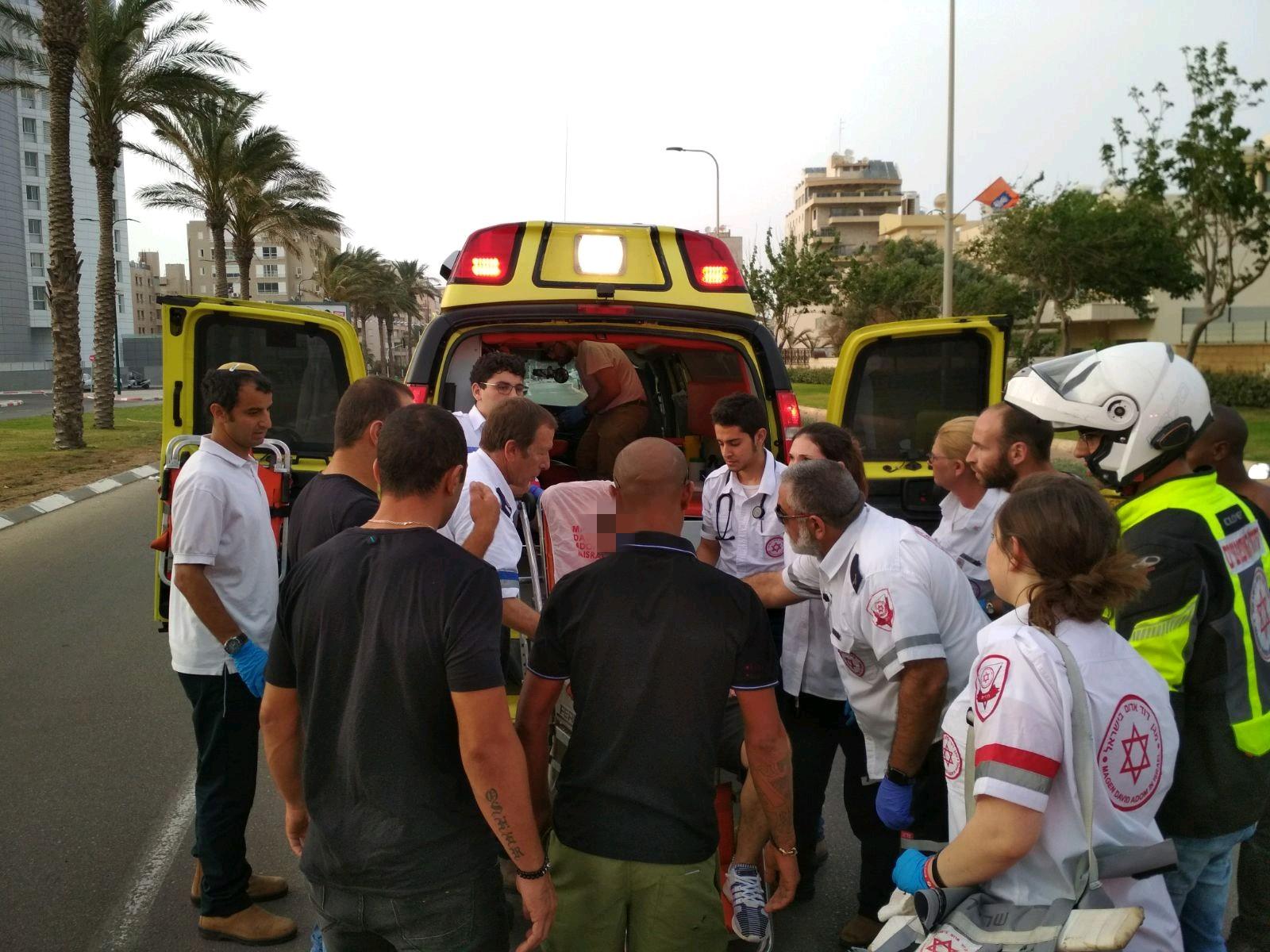 Photo of גבר נמצא עם פצעי דקירה כשהוא ישוב ברכב ליד מלון בשדרות עובד בן עמי בנתניה