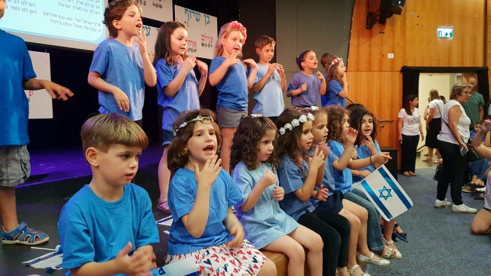 Photo of צפו: מרגש- ילדי גני הילדים ברמת השרון פותחים כל בוקר בשיר בשפת הסימנים