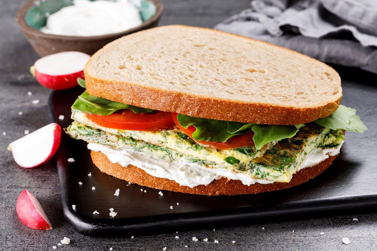 Photo of כריך מנצח:סנדוויץ' חביתת ירק עם לבנה וירקות