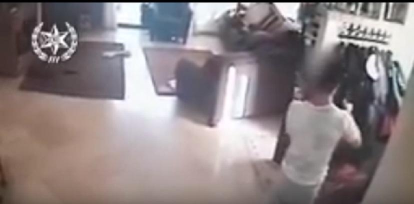 Photo of צפו בתיעוד: פרץ לבית בנתניה בזמן ששהו בו הילד בן ה-8 והמנקה וגנב כסף, בלי למצמץ
